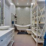 Étagère ouverte dans la salle de bain
