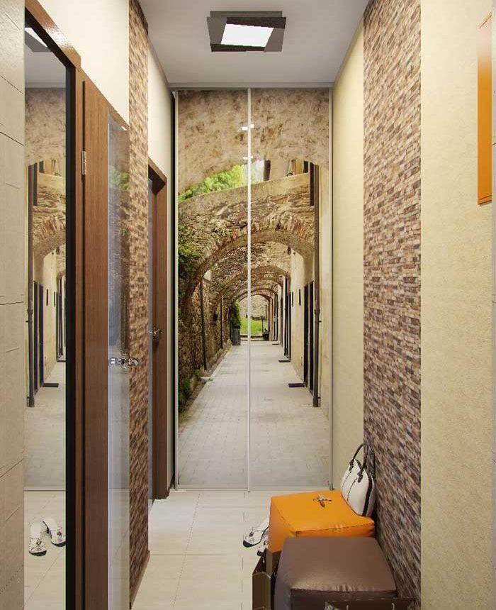 Papier peint photo réaliste sur les portes de l'armoire dans un petit couloir