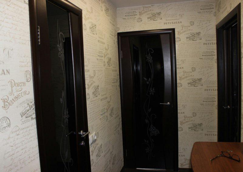 Portes noires dans un petit couloir