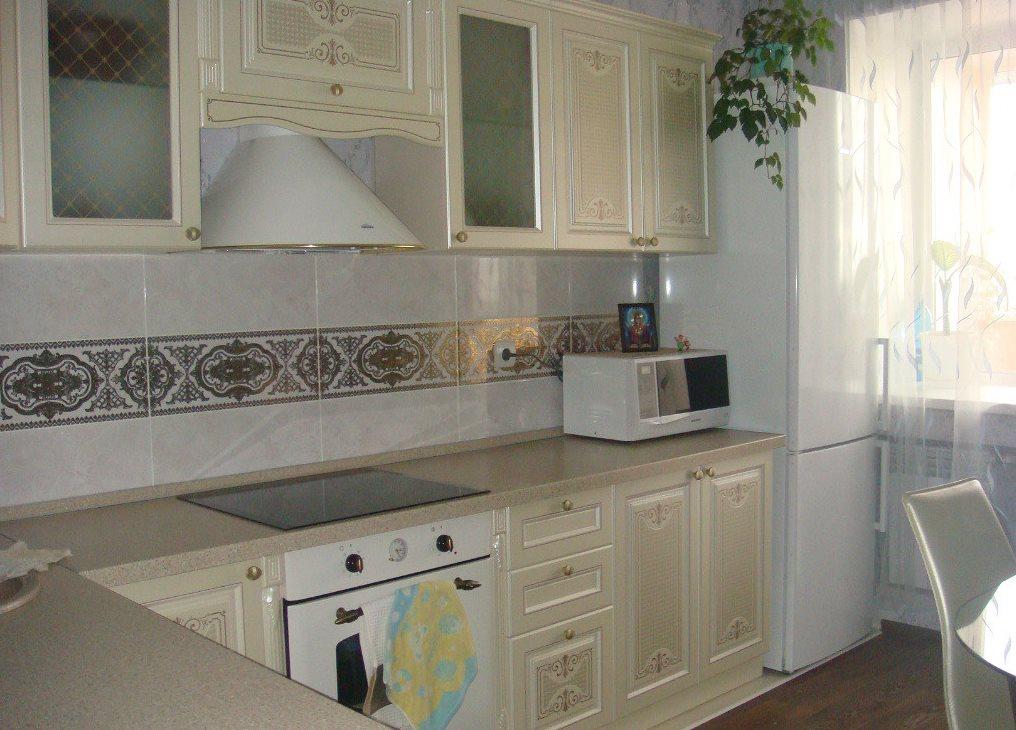 Dispunerea bucătăriei în colț cu frigider pentru geamuri