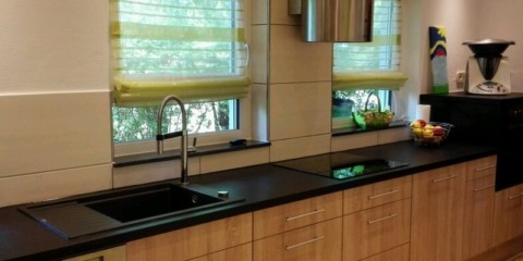 Interior liniar al bucătăriei de-a lungul unui perete cu două ferestre