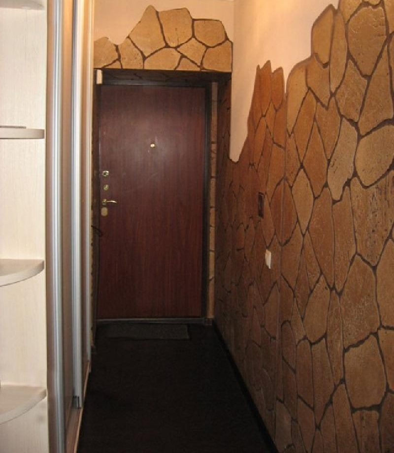 Pierre naturelle dans la conception des murs d'un petit couloir