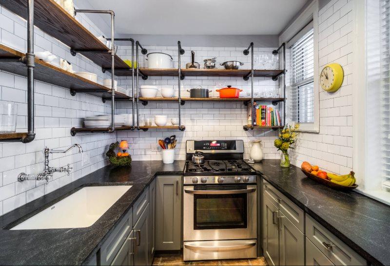 Interiorul bucătăriei în stil mansardă cu blat din piatră