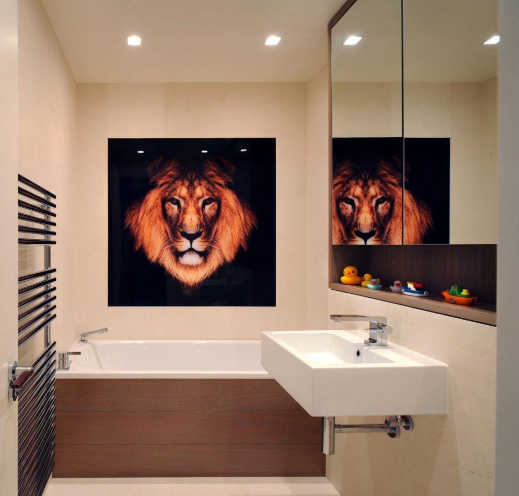 Lion peinture sur le mur de la salle de bain