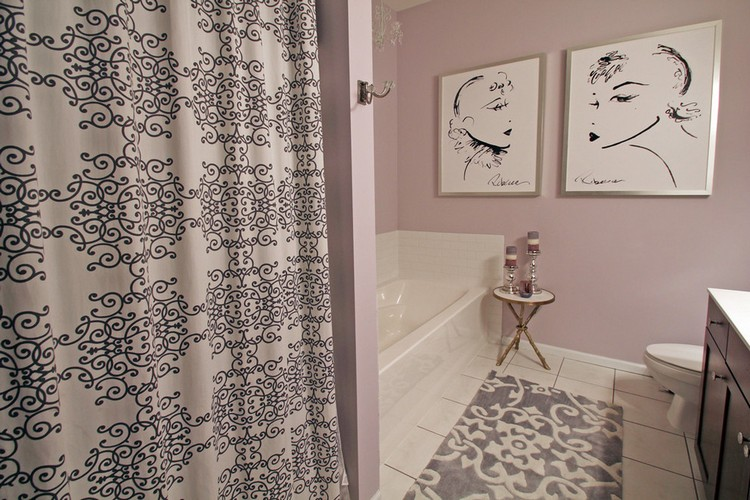 Intérieur d'une salle de bain moderne avec des peintures sur le mur