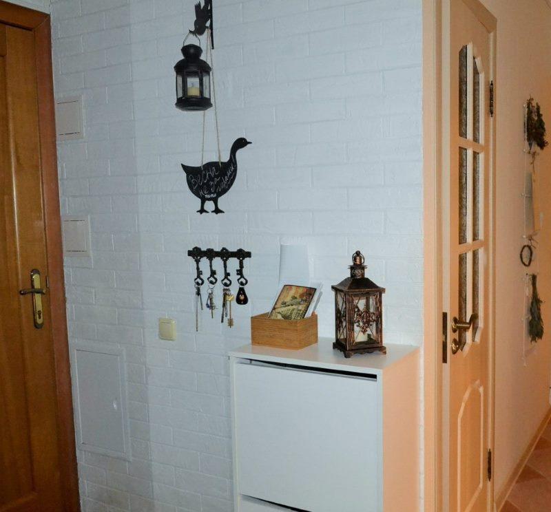 Brique blanche sur le mur d'un petit couloir