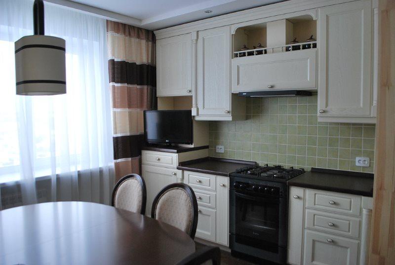 Interiorul bucătăriei clasice într-o casă cu panouri
