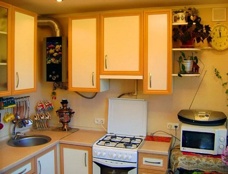 Coloana de gaz dintre dulapurile setului de bucătărie
