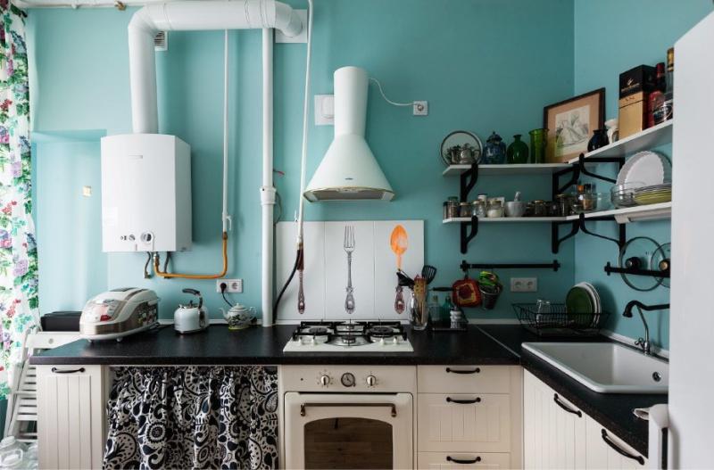 Bucătărie în stil rural cu aragaz cu gaz deschis
