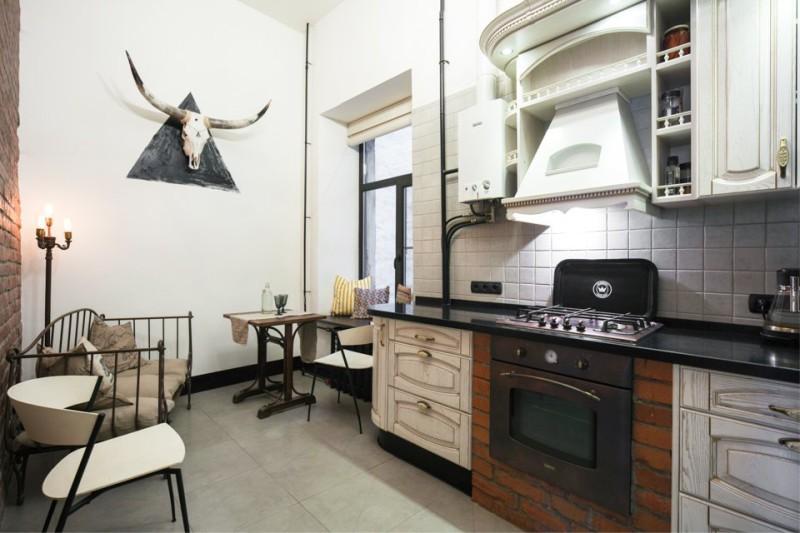 Interiorul bucătăriei cu încălzitor de apă cu gaz deschis