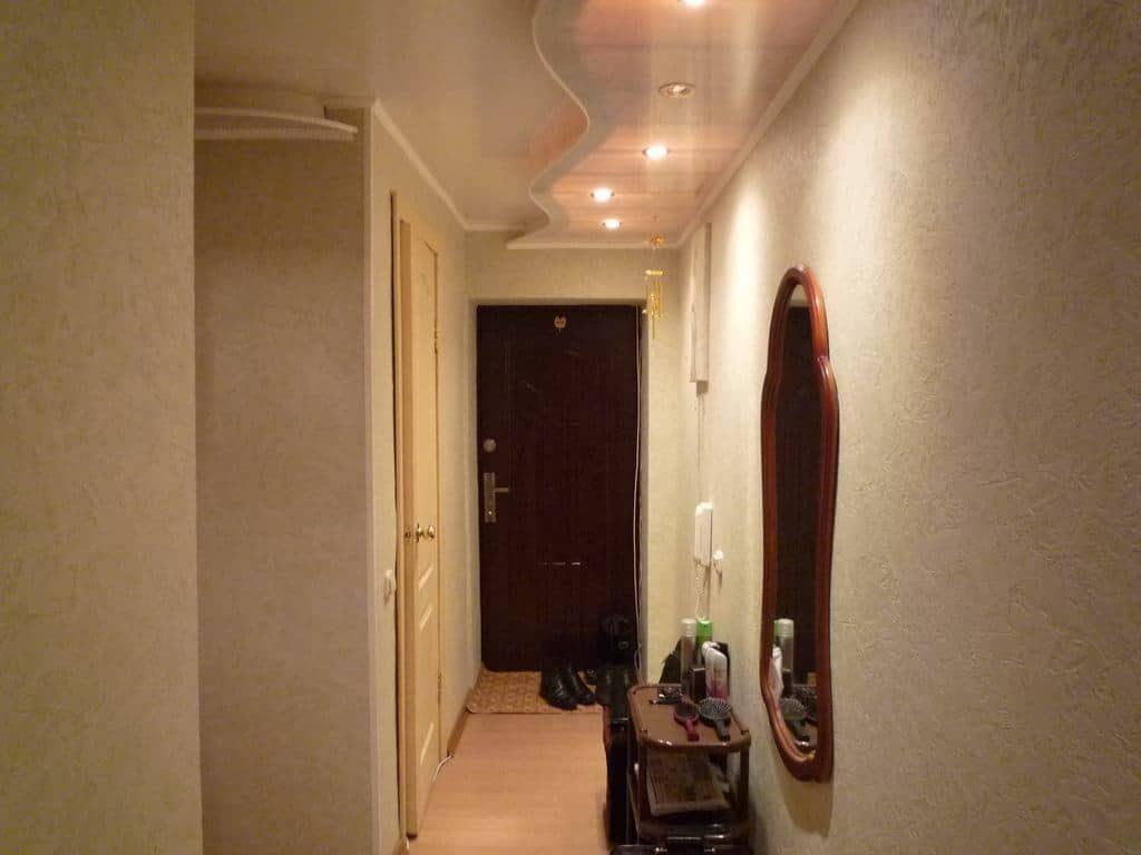 Beau plafond rétro-éclairé dans un couloir étroit
