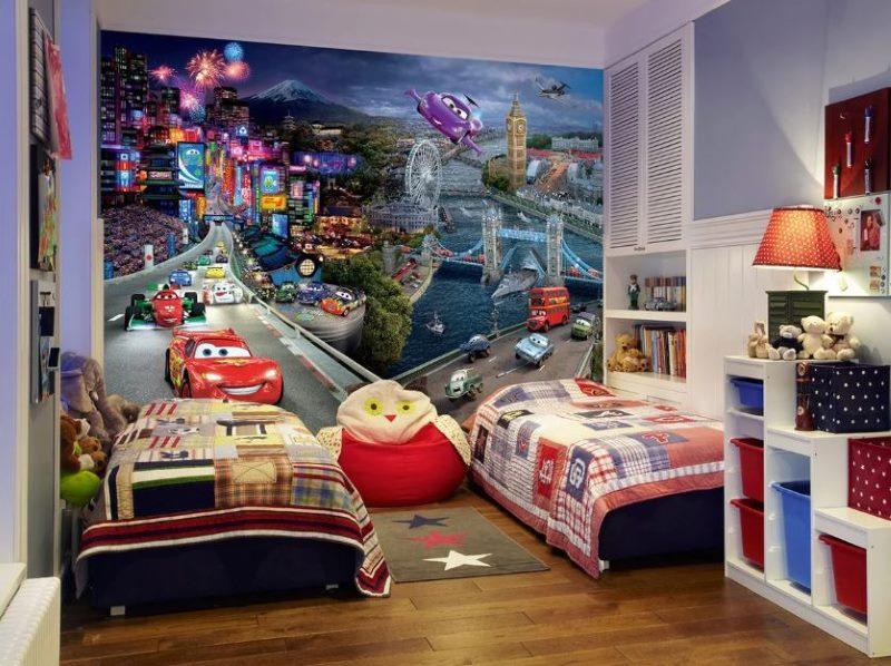 Deux lits dans la pépinière avec des papiers peints des Cartoon Cars