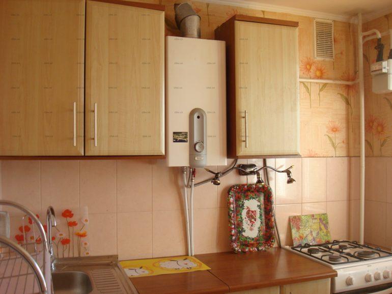 Coloana de gaz dintre dulapurile superioare ale setului de bucătărie