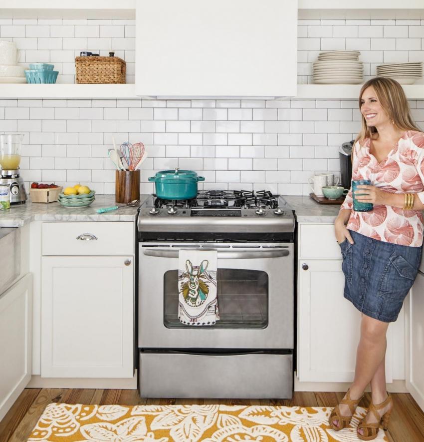 Aspect confortabil al unei mici bucătării în culori luminoase