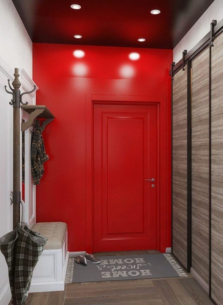 Mur rouge dans un petit couloir