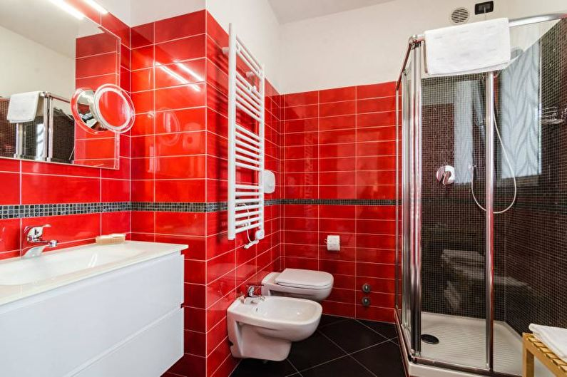 Carrelage rouge à l'intérieur du bain, à la mode en 2018