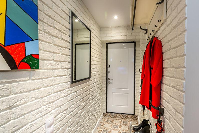 Peignoir rouge sur un mur blanc