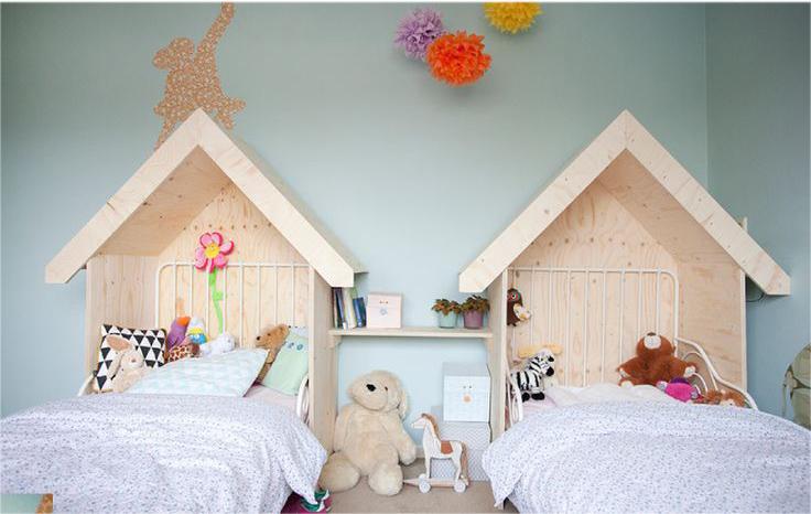 Berceaux dans une chambre pour deux jeunes enfants