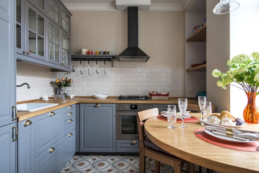 Dispunerea în colț a bucătăriei în 6 pătrate cu o zonă de luat masa separată