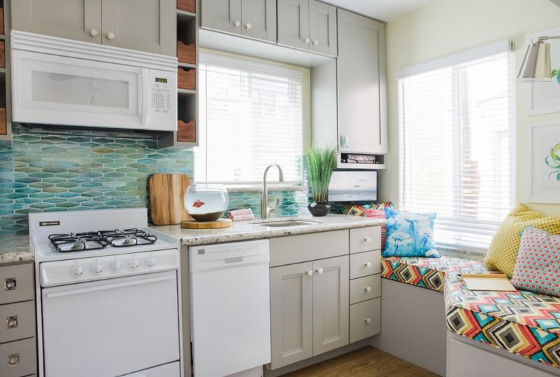 Interiorul bucătăriei unei case private cu două ferestre