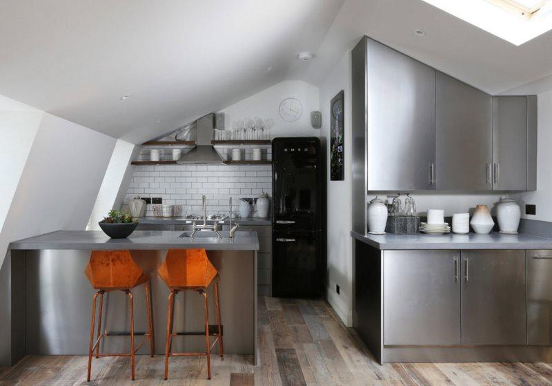 Interiorul bucătăriei în mansarda unei case de țară