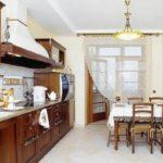 Perdelele din bucătărie cu balcon pot îndeplini funcția de zonare a camerei
