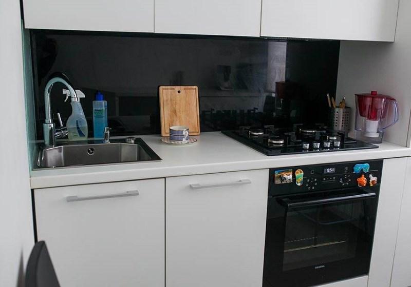 Cuptor cu gaz negru încorporat în bucătărie de 6 mp