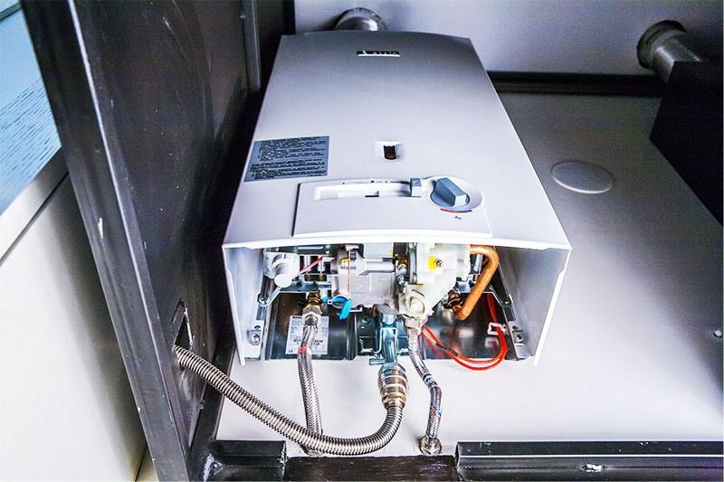 Fotografia unei coloane de gaz sub un capac decorativ