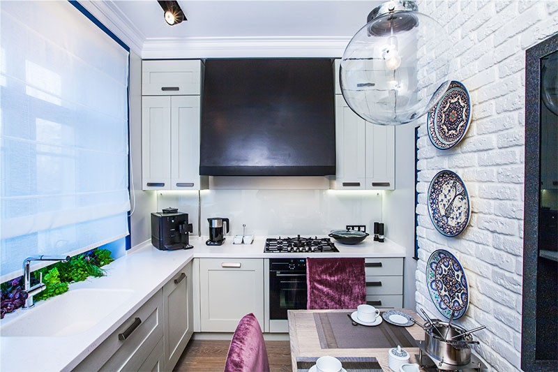 Interiorul bucătăriei albe cu încălzitor cu apă cu gaz