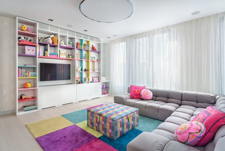 Concevez un espace détente dans une chambre d'enfant spacieuse