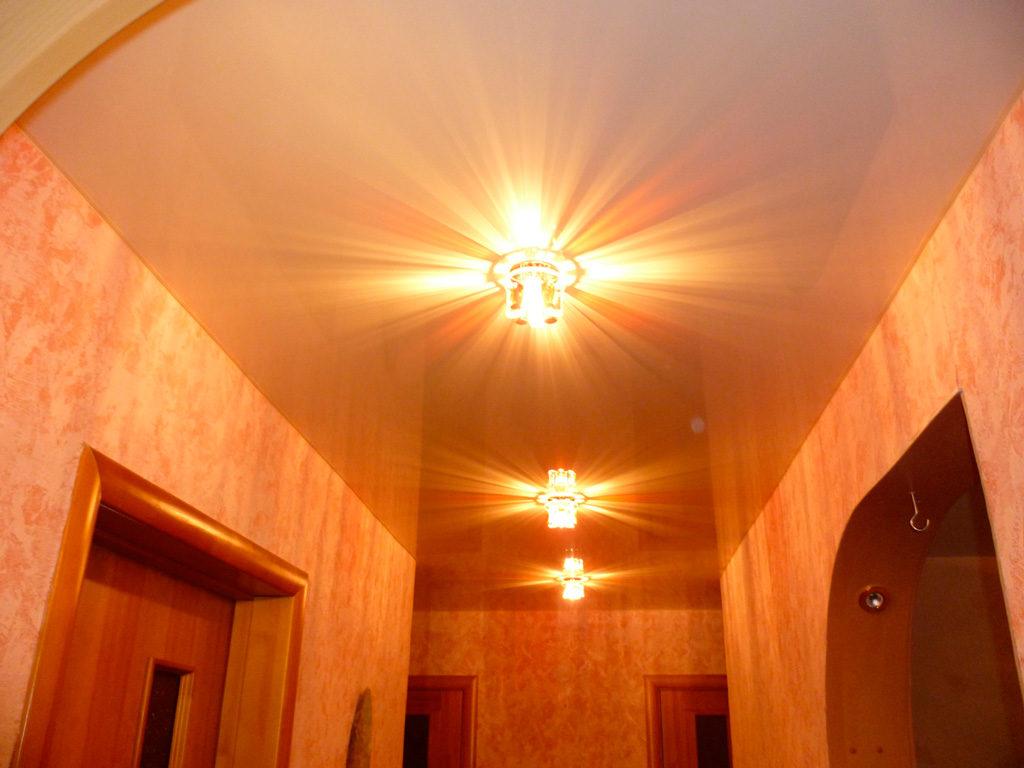 Lampes sur un plafond tendu d'un couloir étroit