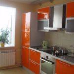 Combinația dintre bucătărie și balcon este realizată cel mai adesea pentru a extinde posibilitățile de lumină naturală și pentru a crește aria bucătăriei