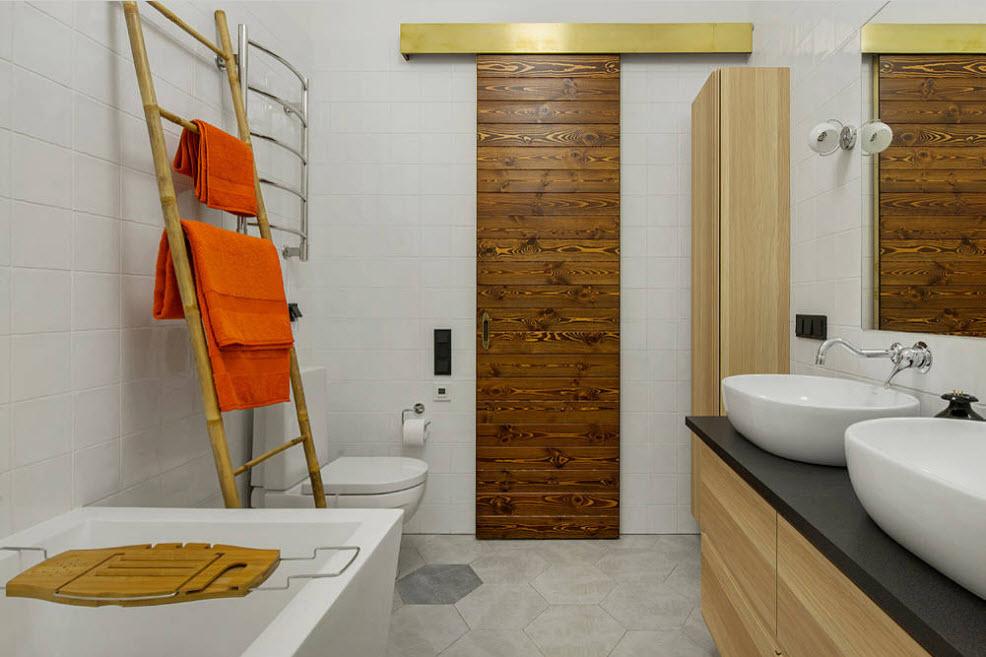 Orange dans la conception d'une salle de bain à la mode