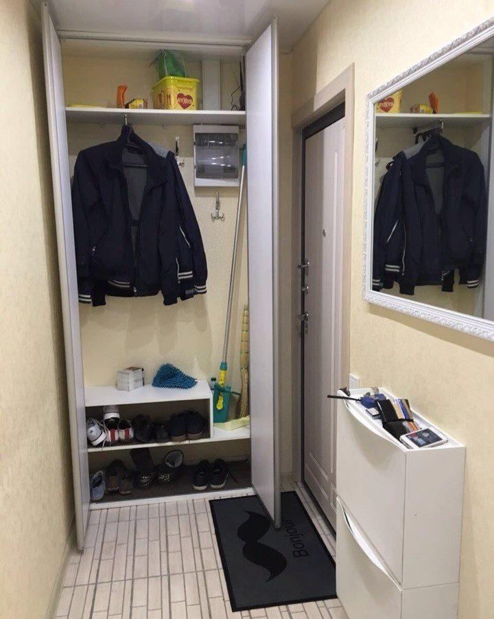 Armoire ouverte pour vêtements d'extérieur dans le couloir de Khrouchtchev