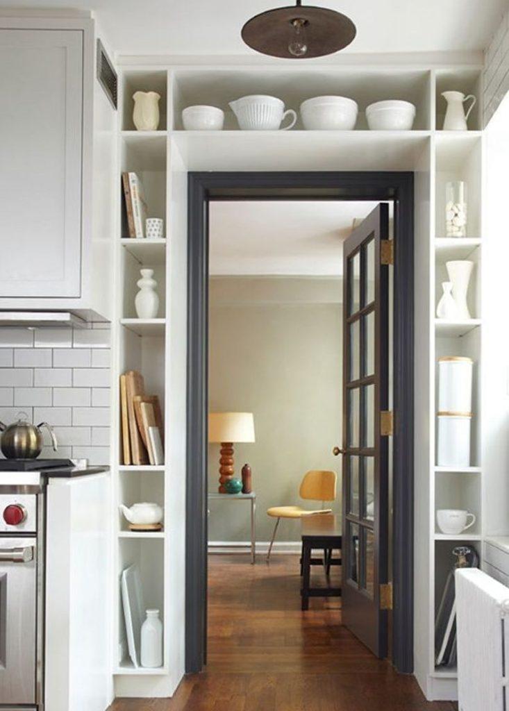 Rafturi de bucătărie în jurul unei uși