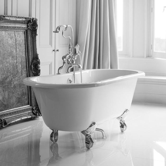 Salle de bain blanche dans un style rétro
