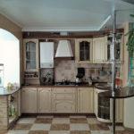 Combinând o bucătărie cu un balcon cu o masă despărțitoare pe o despărțire