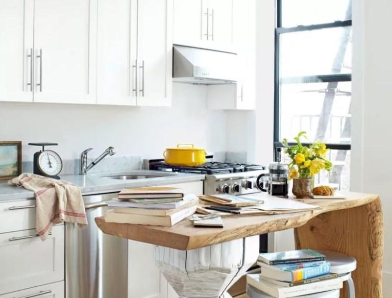 Masă din lemn masiv în designul unei bucătării mici
