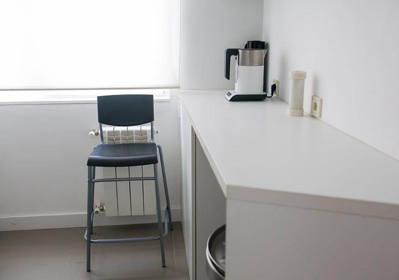 Designul zonei de luat masa ca o combinație între o masă și un bar