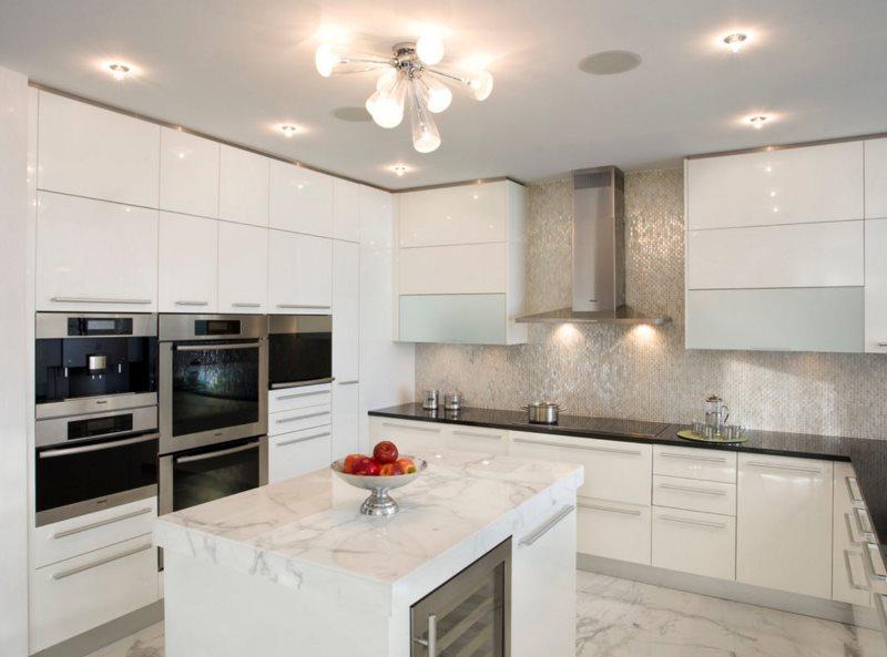 Iluminat artificial luminos în bucătărie cu mobilier alb