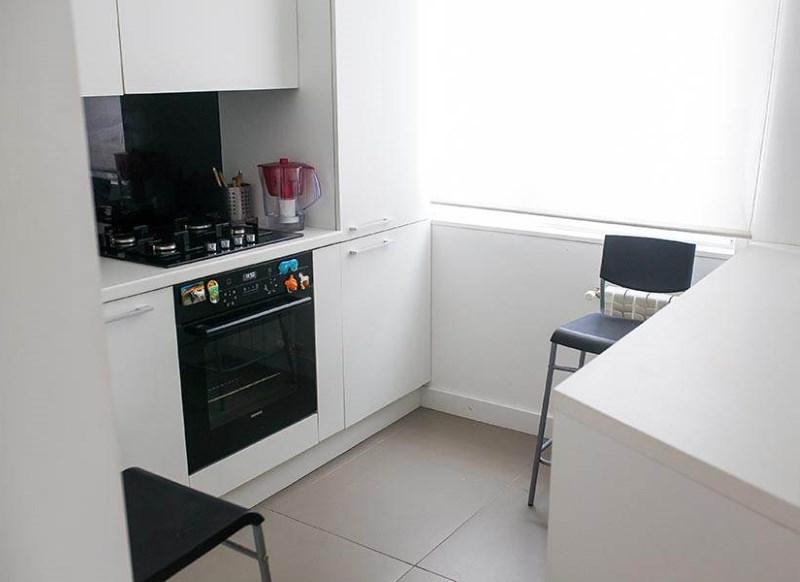 Interiorul bucătăriei cu o suprafață de 6 mp într-un stil minimalist