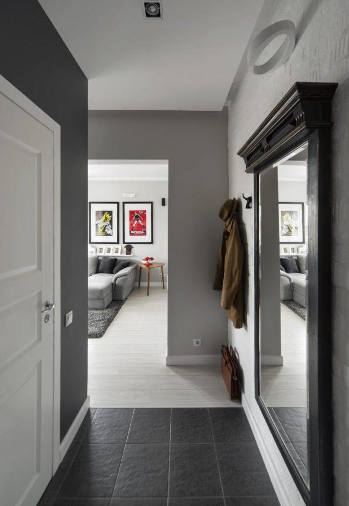 Miroir dans un cadre en bois sur le mur du couloir