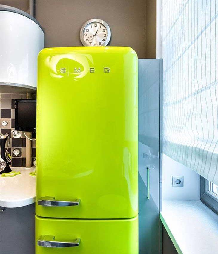 Ceas peste un frigider verde în stil retro