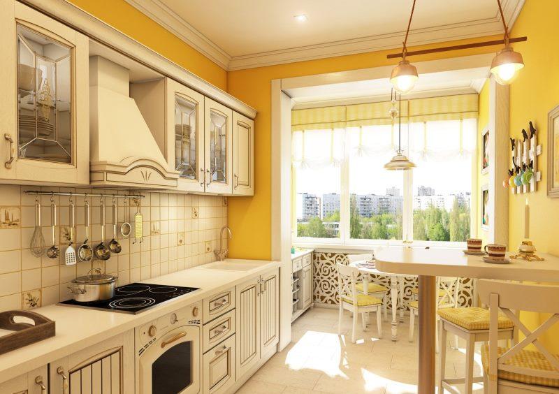 Bucătărie luminoasă în stil rustic, cu balcon