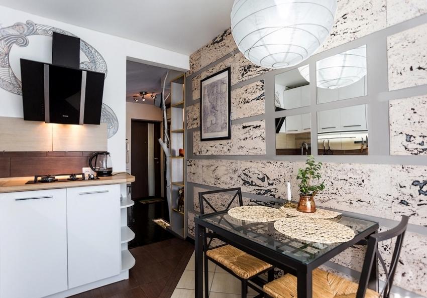 Decorarea pereților într-o bucătărie mică cu oglinzi
