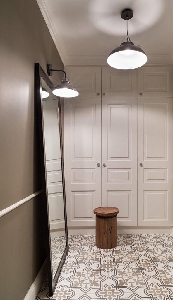 Miroir au sol dans un petit couloir