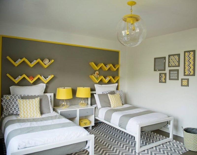 Étagères en bois jaune au-dessus de la tête des lits