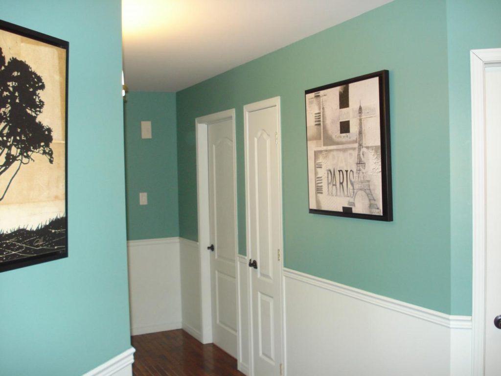 Murs turquoise dans le couloir de l'appartement