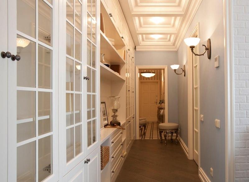 Aménagement d'un long couloir dans un appartement en ville