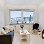 Conception de salon avec fenêtre sans rideaux